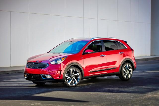 Auto w salonach sprzedaży pojawi się w pierwszej połowie 2016 roku, a w przyszłości oferowany ma być również wariant plug-in hybrid / Fot. Kia