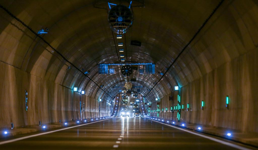 Tunel ma długość 1,4 km. Znajdują się w nim dwie nitki po dwa pasy ruchu. Obiekt jest elementem trasy prowadzącej od gdańskiego lotniska do mostu wantowego / Karolina Misztal