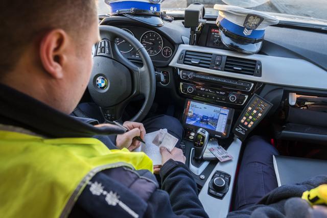 """Spośród całego gąszczu przepisów dotyczących ruchu drogowego nie brakuje także takich, które brzmią dość dziwnie, niekiedy wręcz absurdalnie. Wybraliśmy 10 przykładów takich zapisów i każdy z nich postaraliśmy się """"zdroworozsądkowo"""" przeanalizować. Na koniec jako ciekawostkę i porównanie przytoczyliśmy 10 najdziwniejszych przepisów drogowych obowiązujących w innych krajach niż Polska. Fot. Grzegorz Olkowski"""