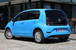 Volkswagen up!   W kwestii silników Volkswagen wykazał dużo większą inicjatywę. Proponuje dwa silniki wolnossące 1.0 (60 lub 75 KM), a od ostatniej modernizacji również doładowanego 1.0 o mocy 90 KM. Trudno się temu dziwić, bo nawet wersja 75-konna nie przekona dynamiką bardziej rzutkich kierowców.  Fot. Karol Biela