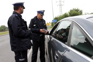 Kontrola drogowa. Czy policjant musi pokazać legitymację podczas kontroli?