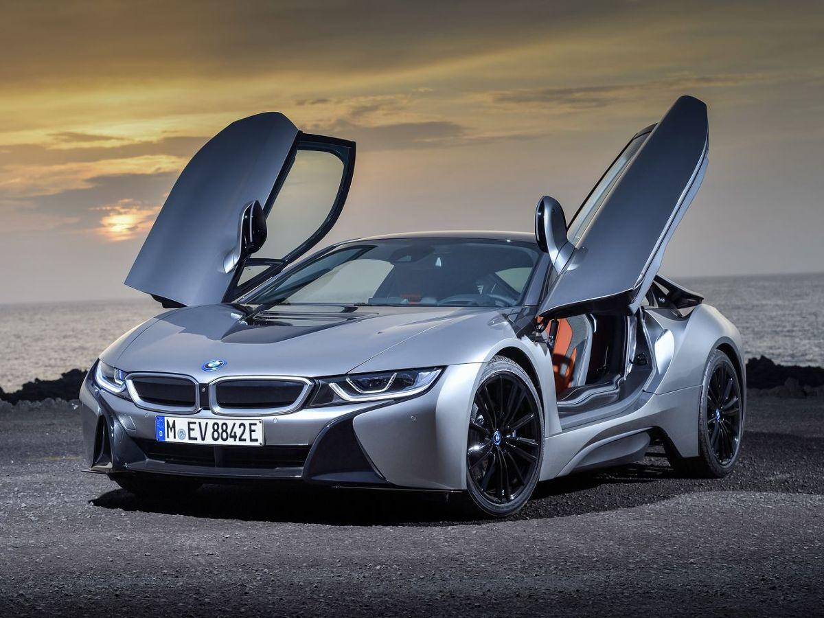BMW i8 - 4,4 s, 326 KM  Wprowadzony do sprzedaży w 2014 roku samochód wyceniono na 620 tys. zł. Purystów zaskoczy, że supersportowe BMW i8 napędza zaledwie 3-cylindrowy silnik 1.5 o mocy… 231 KM, sprzężony z jednostką elektryczną o mocy 131 KM. Wywodzący się z projektu BMW Vision EfficientDynamics Concept, spalinowo-elektryczny model dysponuje łączną mocą 326 KM, przekazywaną na wszystkie koła. Tylną oś za pośrednictwem 6-biegowej, automatycznej skrzyni napędza silnik spalinowy. Przednią, za pośrednictwem dwubiegowego automatu - jednostka elektryczna. Do pierwszej setki samochód rozpędza się w 4,4 sekundy i rozwija maksymalną prędkość 250 km/h, lecz jest w stanie podróżować z prędkością 120 km/h, korzystając wyłącznie z elektrycznego napędu.  Fot. BMW