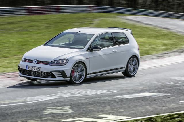 Volkswagen Golf GTI Clubsport S.  W gronie kilkudziesięciu tysięcy fanów Volkswagen świętuje na 35. zlocie nad jeziorem Wörthersee 40. urodziny Golfa GTI. Gwiazdą imprezy jest nowy Golf GTI Clubsport S – model osiągający 310 KM to najmocniejszy, seryjnie produkowany GTI w historii.  Fot. Volkswagen