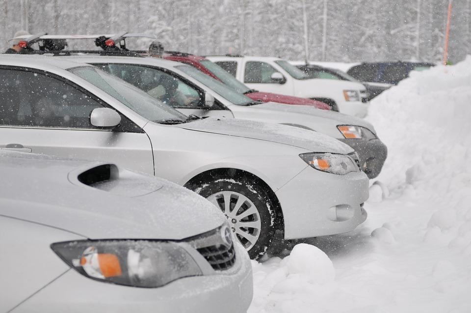 Okres zimowy jest mało sprzyjającym czasem dla kierowców - szybko zapadający zmrok, gołoledź, mróz, śnieg. Wszystko to sprawia, iż nasz samochód wymaga szczególnej troski. Warto zadbać o niego tak, by nie zawiódł w trudnej sytuacji