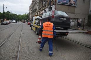 Kiedy samochód może zostać odholowany? Kto może to zrobić i gdzie potem znaleźć pojazd?