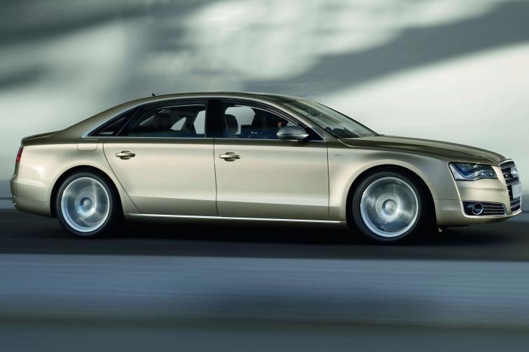 Samochód 2011 roku - Audi, BMW lub Nissan