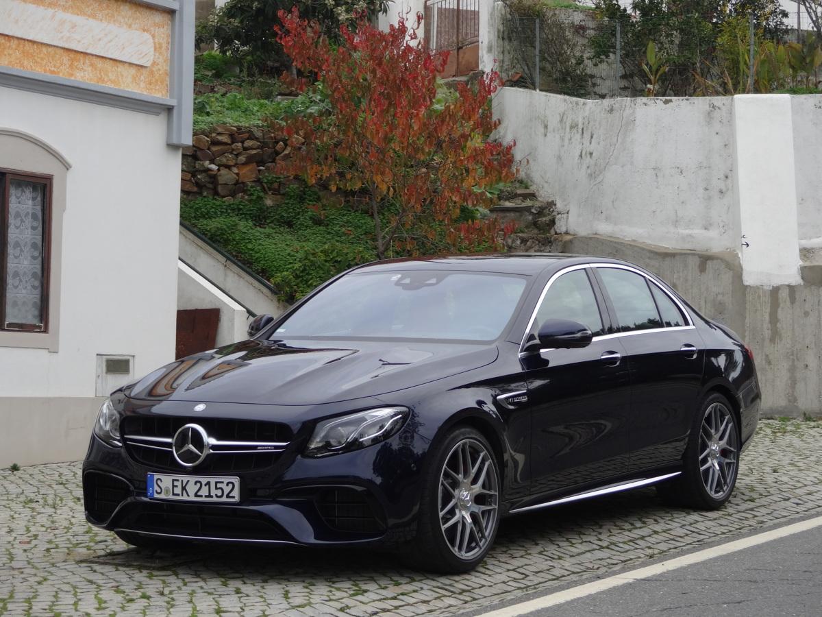 Mercedes AMG E 63S  Mercedes E 63 AMG i E 63 S AMG to jedna z najbardziej zaawansowanych technologicznie i najciekawszych propozycji w tym segmencie. Ceny nowego modelu poznamy w styczniu, natomiast pierwsze egzemplarze trafią do dilerów w marcu.  Fot. Tomasz Szmandra