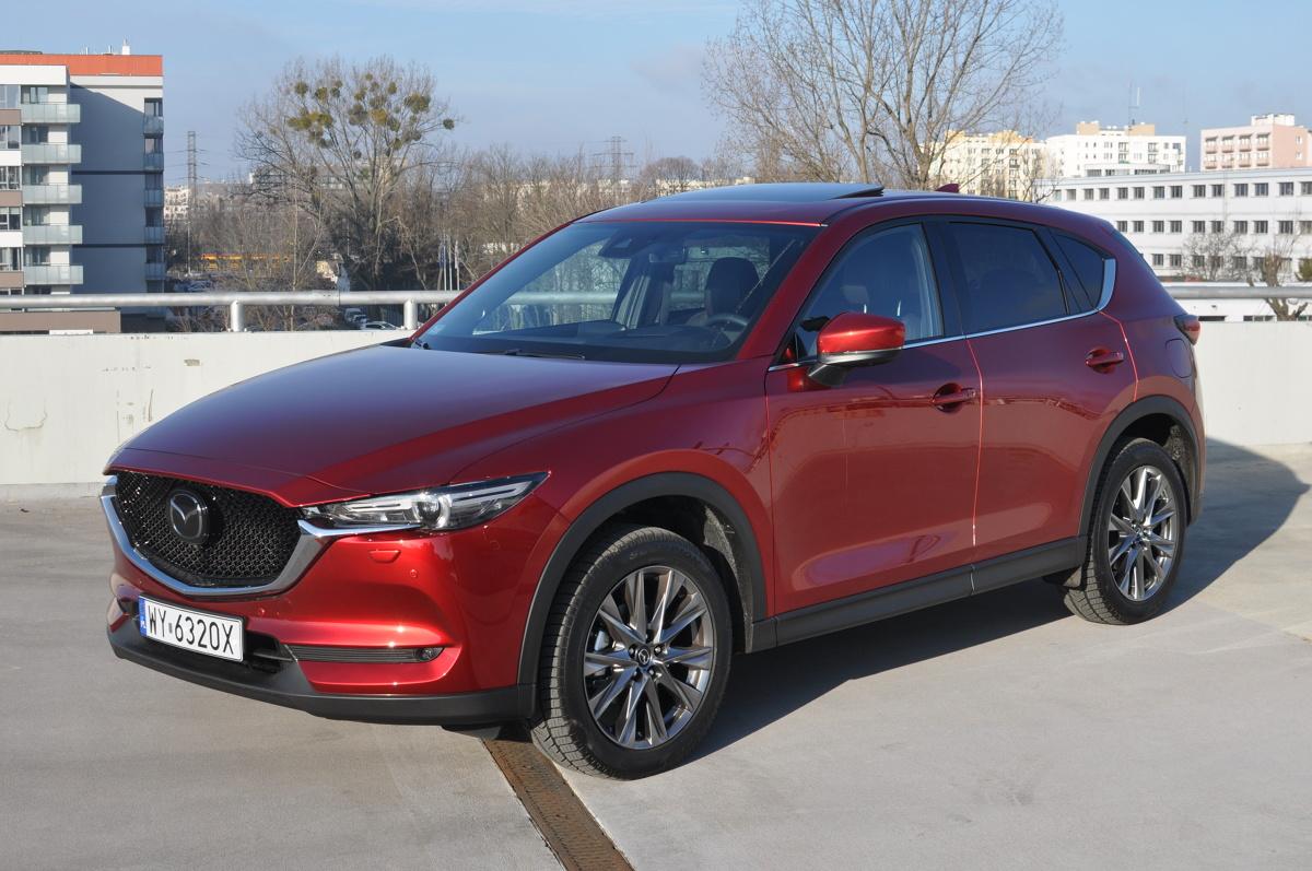 Mazda nie boi się iść pod prąd. Zamiast obniżania pojemności skokowej silników i dodawania kolejnych turbosprężarek, trzyma się swojej filozofii i proponuje SUV-a z 2,5-litrowym, wolnossącym benzyniakiem połączonym z klasyczną, automatyczną, hydrokinetyczną skrzynią biegów. Jak nowa Mazda CX-5 opiera się konkurencji sprawdzamy na przykładzie topowej wersji benzynowej tego modelu.  Fot. Jakub Mielniczak