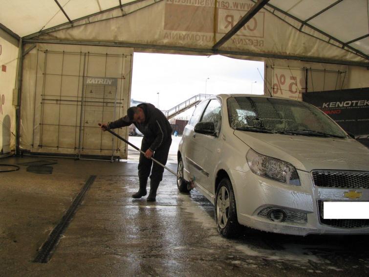 Mycie samochodu po zimie. Konserwacja podwozia i wnętrza