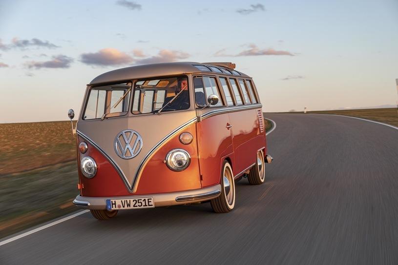 Volkswagen e-BULLI  Model e-BULLI to w pełni elektryczny, bezemisyjny samochód. Auto koncepcyjne, wyposażone w najnowsze, pochodzące z elektrycznych samochodów marki Volkswagen systemy napędowe, zbudowane zostało na bazie wyprodukowanego w roku 1966 i od podstaw odrestaurowanego modelu T1 Samba Bus.  Fot. Volkswagen