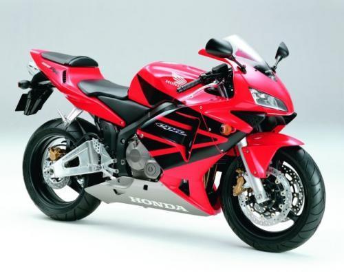 Fot. Honda: Honda CBR 600 RR to motocykl klasy Supersport za 48 900 zł. Moc silnika 117 KM, prędkość 262 km/h.
