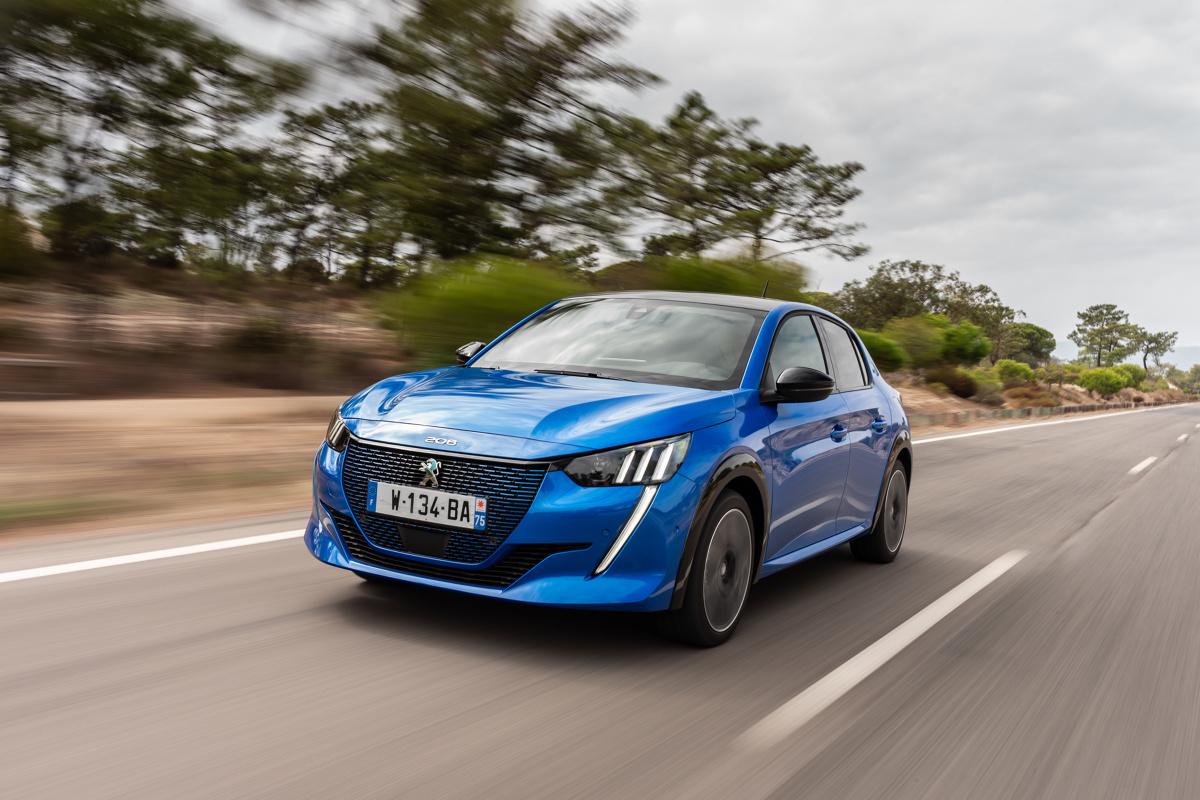 """Marka PEUGEOT świętuje 210-lecie swojej historii, która upływa pod znakiem śmiałych rozwiązań, pasji i innowacji. Z tej okazji przygotowano specjalną ofertę dla polskich klientów. 210 samochodów zostało objętych promocją w ramach jubileuszowej akcji """"210 samochodów w jubileuszowej cenie"""".  Fot. Peugeot"""