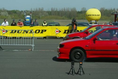 Fot. Dunlop: Wyścigi na 1/4 mili organizowane są m.in. na podwarszawskim lotnisku w Modlinie. Teraz szaansę na uczestnictwo w nich mają pasjonaci motoryzacji z Łodzi.