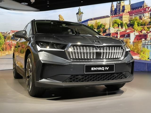 Skoda Enyaq  Pierwszy elektryczny SUV Skody ma długość 4648 mm, przy szerokości 1877 mm oraz wysokości 1618 mm. Rozstaw osi wynosi 2765 mm, a pojemność bagażnika to 585 litrów. Dla porównania, Skoda Kodiaq mierzy 4697 mm długości, 1882 mm szerokości, 1676 mm wysokości, rozstaw osi to 2791 mm a pojemność bagażnika to 650 litrów.  Fot. Kamil Rogala
