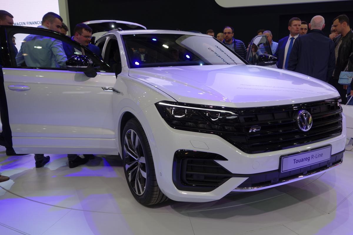 Volkswagen Touareg   Nowy Touareg jest większy od poprzednika. Długość nadwozia wynosi 4878 mm (o 77 mm więcej), szerokość to 1984 mm (+44 mm), wysokość wynosi 1702 mm (+1 mm), a rozstaw osi 2894 (+1 mm).  Fot. Ryszard M. Perczak