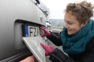 Tablice rejestracyjne. Jak poznać z której części Polski pochodzi pojazd? Czy należy do służb?