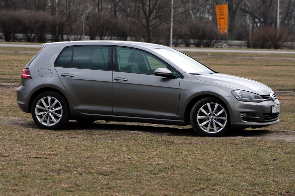 Volkswagen Golf   Niemiecki kompakt nie zmienił swego zasadniczego kształtu od lat siedemdziesiątych, a linia klasycznego hatchbacka z szerokim słupkiem tylnym stała się jego znakiem rozpoznawczym. Ale Golf VII mimo trwania w stylizacyjnej tradycji wygląda nowocześnie i atrakcyjnie.   Fot. Dariusz Dobosz
