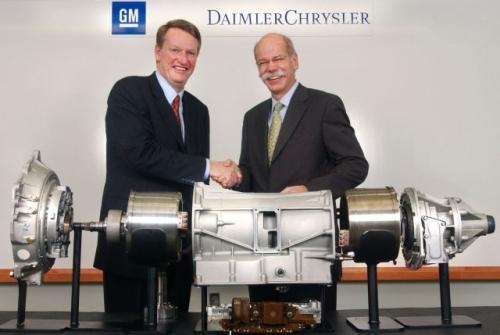 Fot. GM: Rick Wagoner, szef General Motors Corporation (z lewej) i Dieter Zetsche, prezydent Chrysler Group podczas uroczystości podpisywania porozumienia w sprawie napędu hybrydowego.