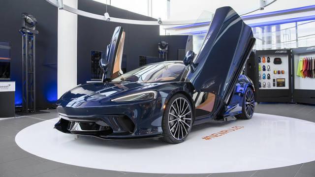 McLaren w Polsce  Najnowszy model McLarena nie tylko zachwyca swoimi osiągami, ale i zaskakuje – choćby bardzo dużą przestrzenią bagażową. Polska premiera McLarena GT zbiegła się z oficjalnym otwarciem pierwszego w naszym kraju salonu tej angielskiej marki.   Fot. AIP
