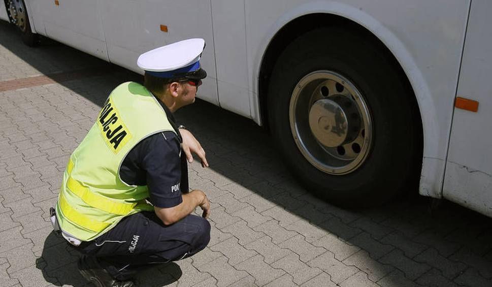 Policjanci kontrolują zarówno stan technicznych autokarów, jak i trzeźwość kierowców. Fot. KWP Gdańsk