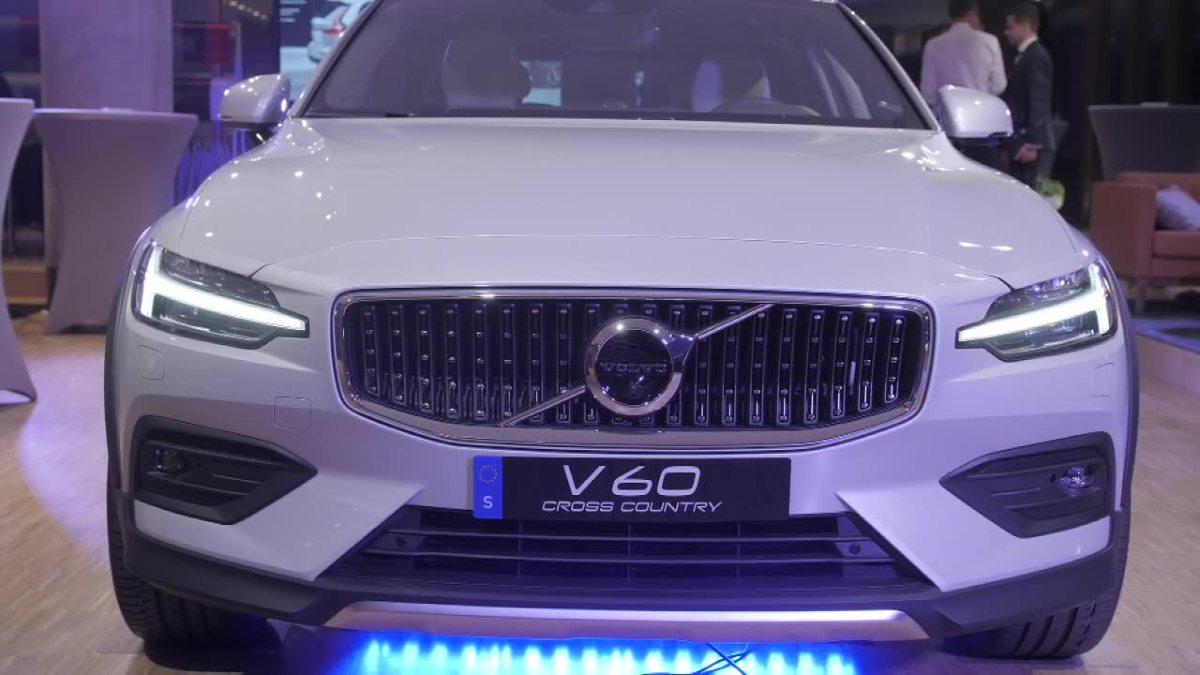 Volvo V60 Cross Country   Model V60 Cross Country został zbudowany na płycie podłogowej SPA, tej samej, której użyto we wszystkich modelach Volvo serii 60 i 90. We wszystkich tych samochodach zastosowano ten sam system sterowania funkcjami i łączności ze światem.  Fot. x-news