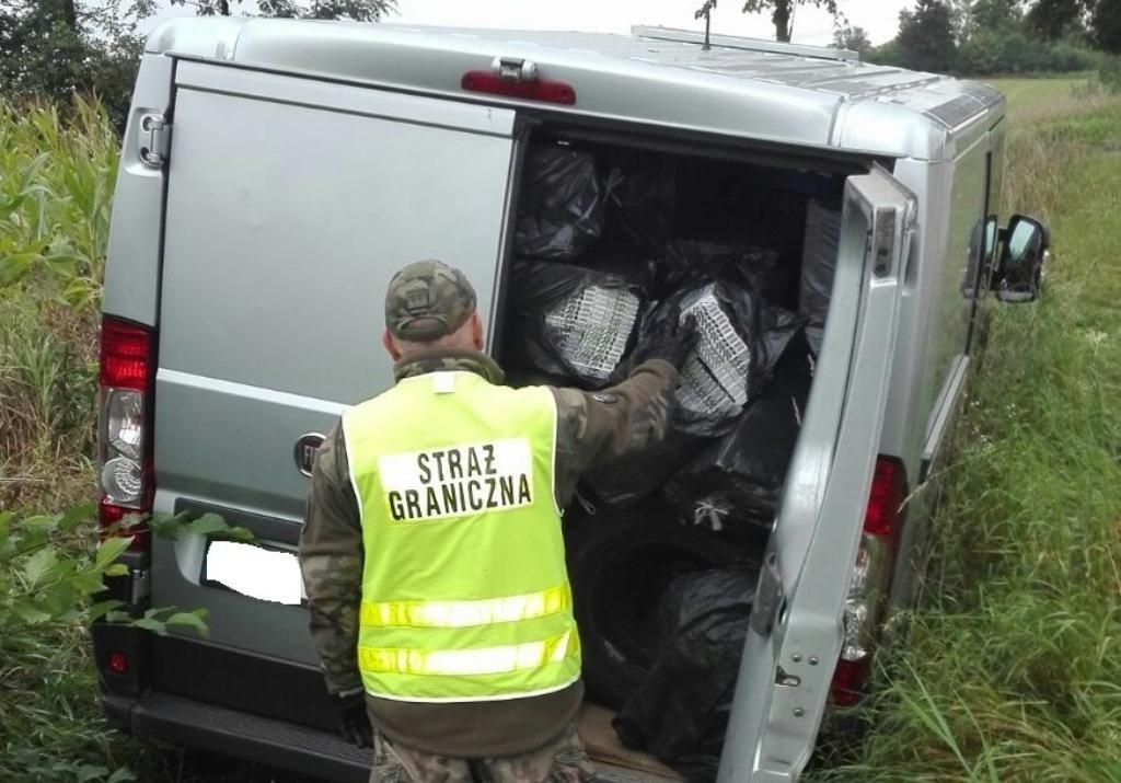 Funkcjonariusze z Podlaskiego Oddziału Straży Granicznej 7 września przechwycili transport papierosów pochodzących z przemytu. Szacunkowa wartość ujawnionego towaru wynosi ponad milion złotych.  fot. Podlaski OSG