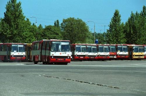 Fot. Adam Warżawa: Do 2003 roku sprzedaż autobusów spadała, teraz powoli rośnie. Jest duża szansa, że wkrótce pasażerowie będą podróżować nowoczesnymi autobusami. Nieustanne remontowanie starego taboru przestaje być opłacalne.