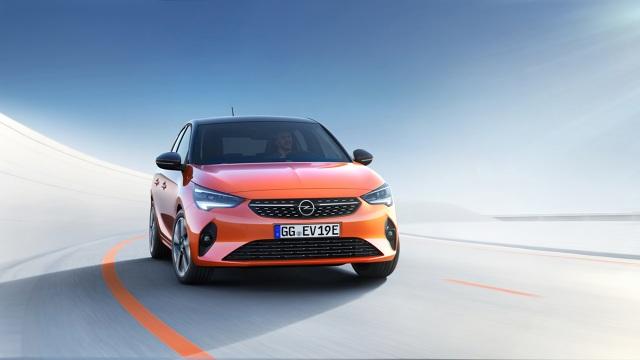 Od momentu premiery pierwszej generacji w 1982 roku Corsa zmotoryzowała miliony ludzi, może właśnie dlatego Opel wybrał swój najpopularniejszy model, aby napęd elektryczny wreszcie przestał być niszowy.  Fot. Opel