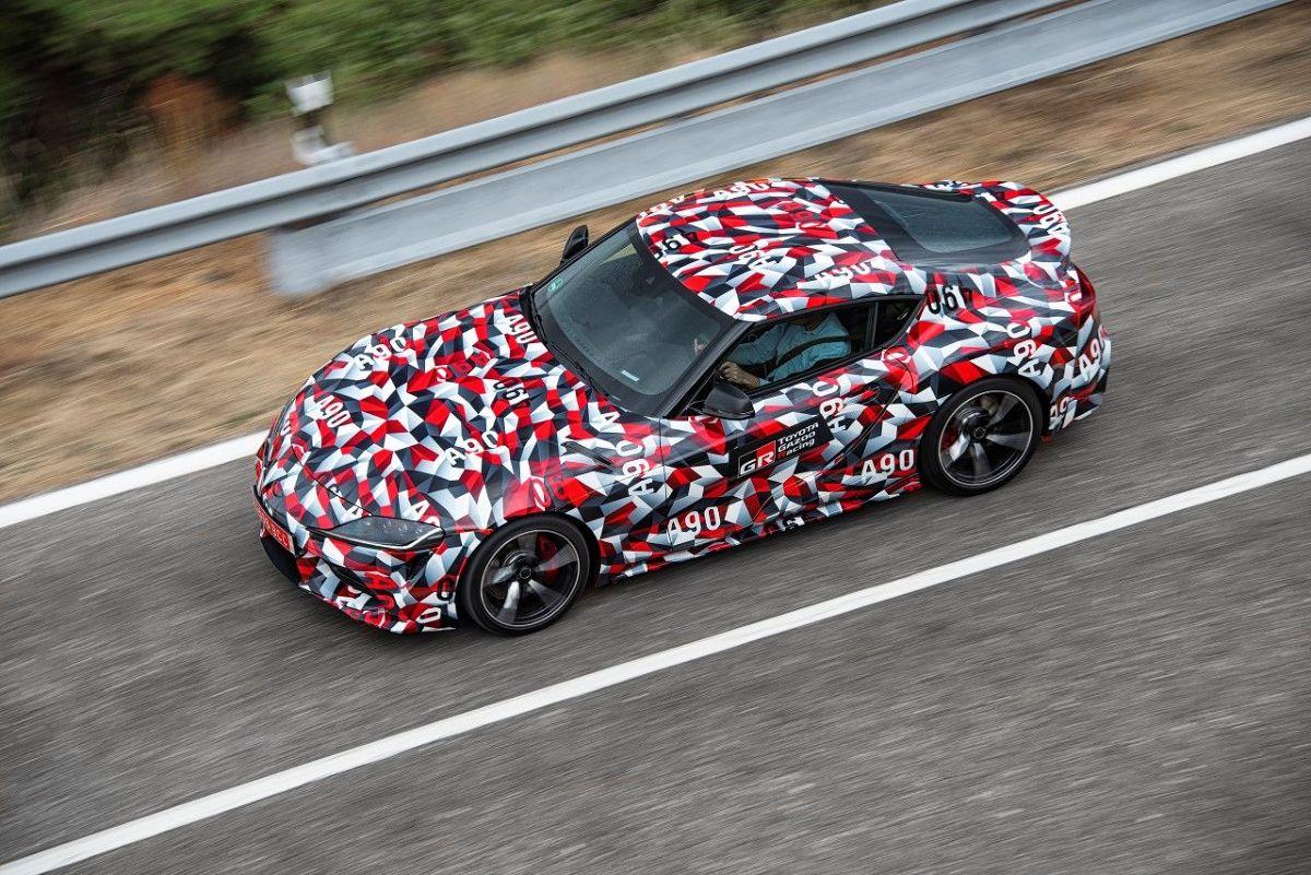 Toyota Supra   Pewne wyobrażenie o tym, jak może wyglądać nowa Supra, dał pokaz przykrytego kamuflażem, przedprodukcyjnego prototypu na Goodwood Festival of Speed w Wielkiej Brytanii. Ale dopiero za miesiąc poznamy każdy szczegół konstrukcji, designu i wyposażenia seryjnej Supry.  Fot. Toyota