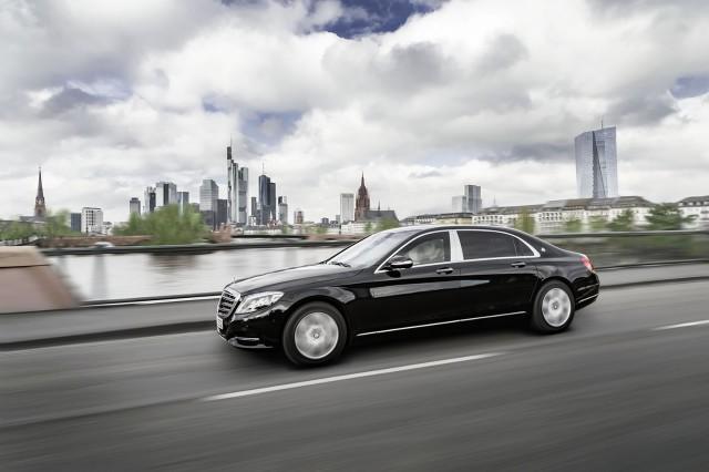 Mercedes-Maybach S600 Guard jest pierwszym cywilnym samochodem na świecie, który posiada najwyższy certyfikat ochrony balistycznej. W praktyce oznacza to, że pojazd jest odporny na ostrzał z broni maszynowej / Fot. Mercedes-Benz