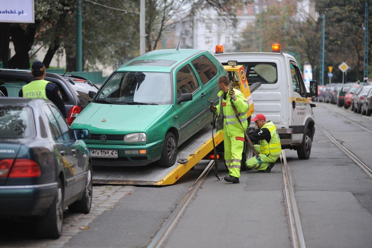 Ministerstwo Finansów chce podnieść od 1 stycznia 2020 roku wysokość maksymalnych stawek za odholowanie nieprawidłowo zaparkowanych pojazdów.  Fot. Sławomir Seidler