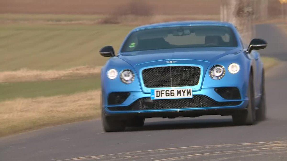 Bentley Continental GT V8S   Pod maską pojazdu pracuje ośmiocylindrowy silnik o pojemności 4 litrów i mocy 528 KM. Dzięki niemu samochód do 100 km/h rozpędza się w zaledwie 4,3 sekundy, a prędkość maksymalna przekracza 300 km/h.  Fot. TVN Turbo/x-news