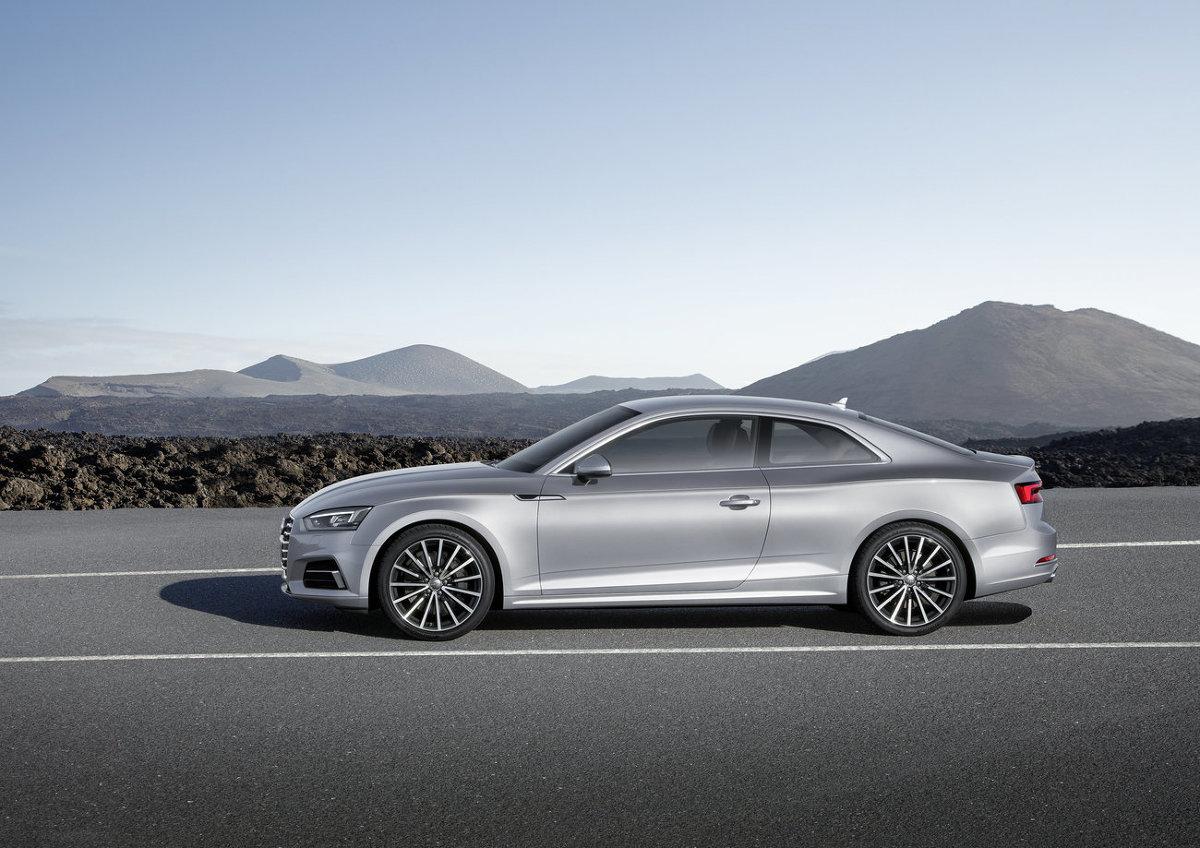 Audi A5 Coupe  Audi zachowuje sportowy charakter, ale jego linia nadwozia posiada teraz mocniejsze wytłoczenia i wyraźniej zarysowane błotniki. Zdecydowano się zmodernizować osłonę chłodnicy, która stałą się bardziej płaska, natomiast iodowe światła tylne i opcjonalne reflektory LED-owe lub diodowe typu Matrix z przodu mają inny kształt.    Fot. Audi