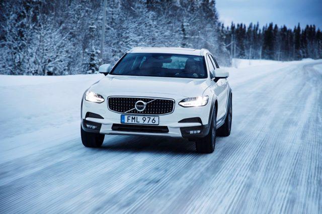 Volvo świętuje 20 lat napędu AWD w swoich autach. Z tej okazji szwedzki producent pokazuje możliwości swoich samochodów na zamarzniętym jeziorze w północnej Szwecji w pobliżu narciarskiego kurortu Åre. Szwedzki producent pokazał możliwości napędów AWD w swoich samochodach: XC90, V90 Cross Country i V40 Cross Country.  Fot. Volvo