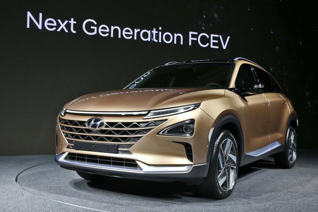 Hyundai zaprezentował nowy model z napędem wodorowym. Auto typu SUV, którego wprowadzenie na rynek planowane jest na początek przyszłego roku, zostało pokazane w Seulu w wersji przedprodukcyjnej.  Fot. Hyundai