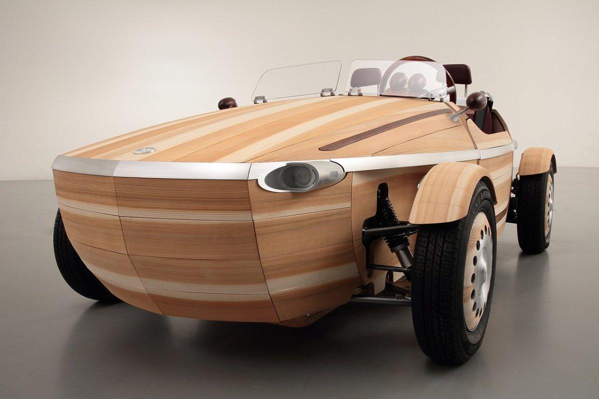 Toyota Setsuna Concept  Patrząc od przodu, samochód ma kształt ośmiokąta. Od boku lub od góry linie układają się w elipsę. Z wyglądu Setsuna przypomina nieco łódź. Nadwozie Setsuny zostało złożone z 86 ręcznie wykonanych paneli. Każdy z nich będzie się zmieniał inaczej z upływem lat. Kiedy naprawy staną się konieczne, będzie można wymienić pojedyncze elementy.  Fot. Toyota