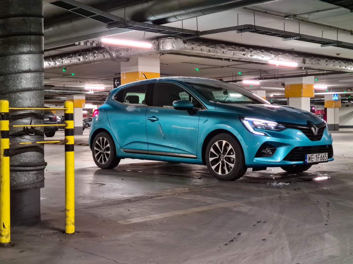 Rynek samochodów z segmentu B staje się coraz popularniejszy. Powód? Auta tego typu zaczynają przypominać samochody kompaktowe sprzed kilku lat. Mówię tu nie tylko o wyposażeniu, ale i o przestrzeni oraz zastosowanych technologiach. Jednym z przykładów jest Renault Clio z napędem hybrydowym 1.6 E-TECH o mocy 140 KM z automatyczną skrzynią biegów. Jak sprawuje się na co dzień, ile pali i czy to dobra inwestycja? Fot. Kamil Rogala