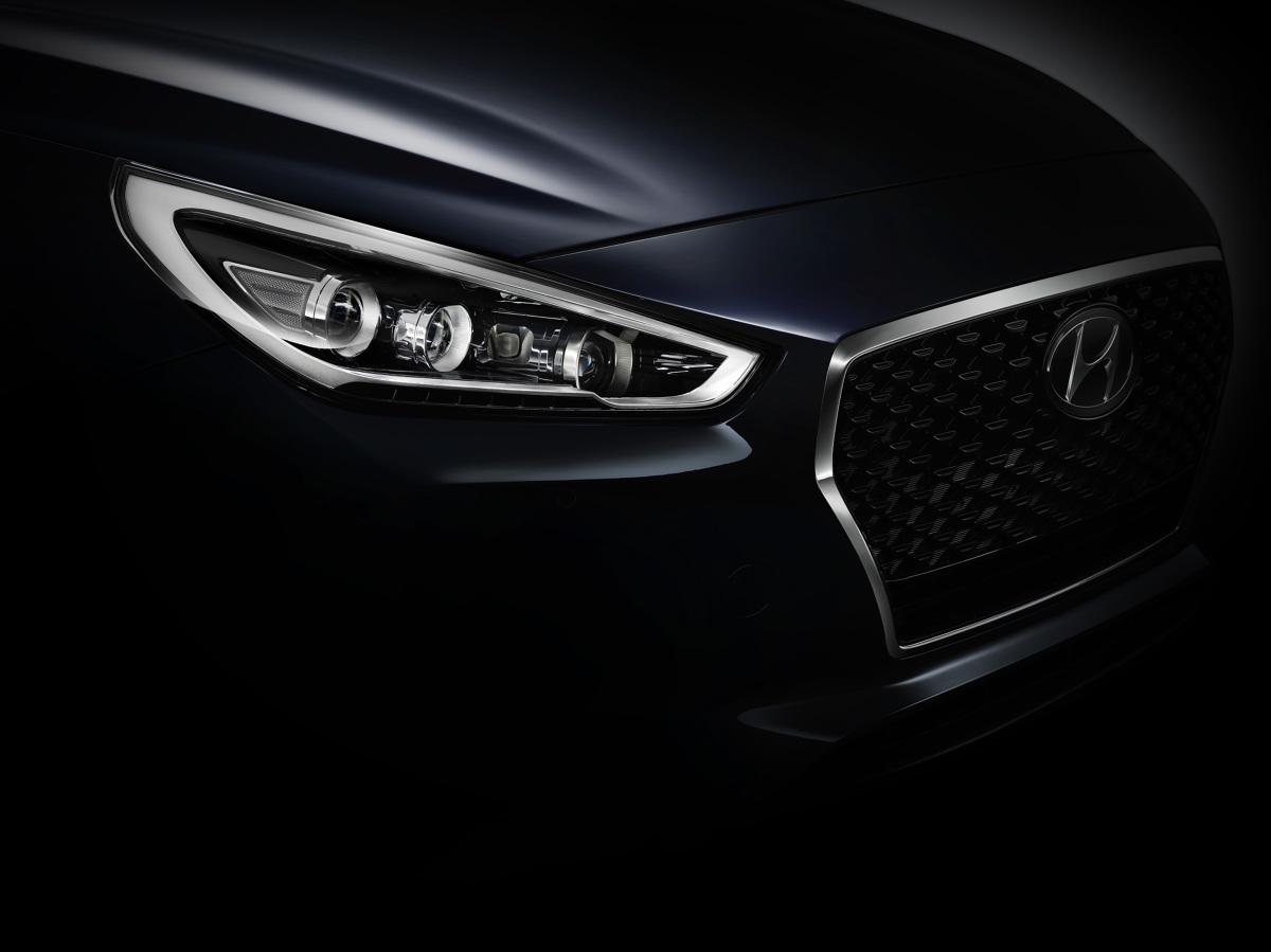 """Hyundai i30 nowej generacji   """"Charakterystyczny dla Hyundaia język projektowania, oparty o płynnie poprowadzone linie i przetłoczenia, ewoluował w kierunku bardziej ponadczasowej stylistyki. Razem z i30 debiutuje także nowo opracowany 'kaskadowy' grill, zastępujący stosowaną dotychczas heksagonalną osłonę"""" - zaznacza Peter Schreyer Prezes i Główny Projektant Hyundai Motor Group.  Fot. Hyundai"""