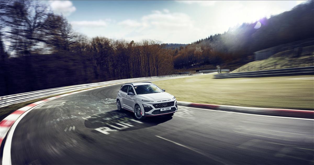 Hyundai Kona N   Hyundai KONA N jest napędzany turbodoładowanym 2,0-litrowym silnikiem T-GDI o mocy 280 KM i maksymalnym momencie obrotowym wynoszącym 392 Nm. Nowy, wyższy moment obrotowy w większym stopniu wykorzystuje potencjał silnika w codziennych sytuacjach na drodze. Nowa charakterystyka silnika poprawia przyspieszenie w zakresie średnich i wysokich obrotów silnika oraz zapewnia niezmiennie wysokie osiągi, niezależnie od panującej temperatury zewnętrznej.  Fot. Hyundai