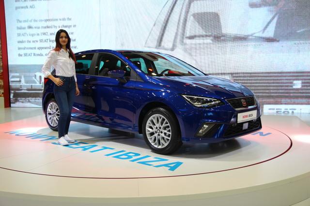 Seat Ibiza V   Auto zostało zbudowane na nowej platformie MQB A0, która również zostanie użyta do nowej generacji Volkswagena Polo, a także Skody Fabii. Długość auta to 4059 mm, szerokość 1780 mm, wysokość 1455 mm, natomiast rozstaw osi wynosi 2564 mm. Oznacza to, że nowa generacja ma o 95 mm większy rozstaw osi, jest krótsza o 2 mm oraz o 87 mm szersza.  Fot. Łukasz Szewczyk