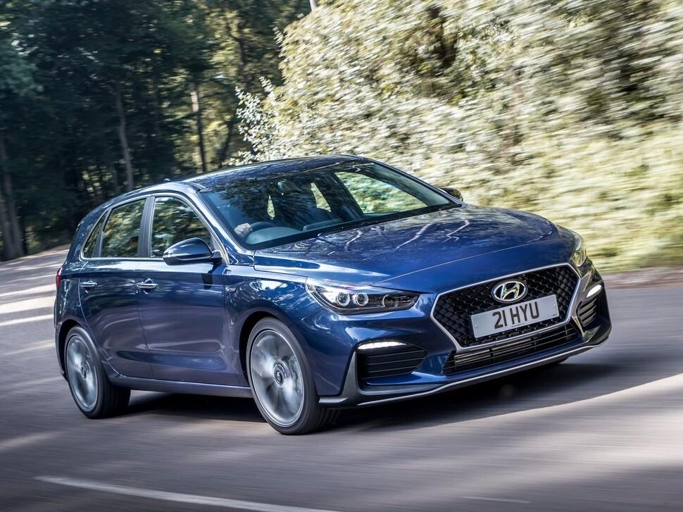 Hyundai i30 to, moim zdaniem, jedno z najlepszych aut kompaktowych, które ostatnio pojawiły się na rynku. Mocno niedoceniony i nieco przyćmiony przez niemiecką (i czeską) konkurencję, jest w stanie zaoferować nie tylko praktyczne wnętrze, świetne materiały, ale również przyjemność z jazdy i charakter. Czy warto zainwestować w używanego Hyundaia i30 trzeciej generacji? Fot. Hyundai