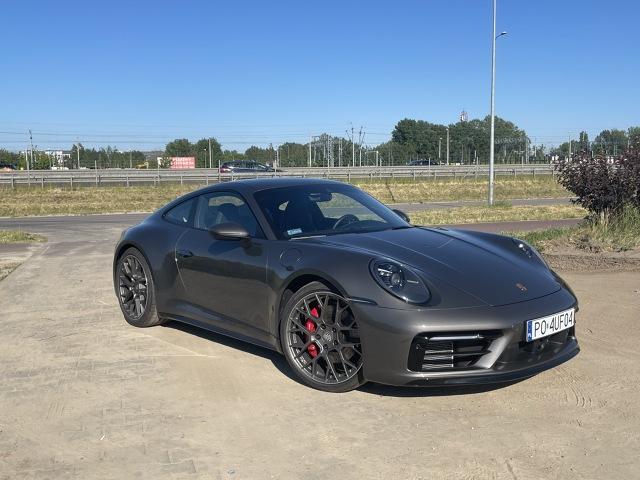 To, że 450-konne Porsche 911 Carrera 4S jest piekielnie szybkie nie jest żadnym zaskoczeniem. Tysiąc kilometrów przejechanych za kierownicą tego auta w różnych warunkach drogowych pokazało, że zaskoczeń jest, i to wiele, ale zupełnie gdzie indziej. Oto relacja z kilkudniowego testu sportowej legendy. Fot. Kuba Mielniczak