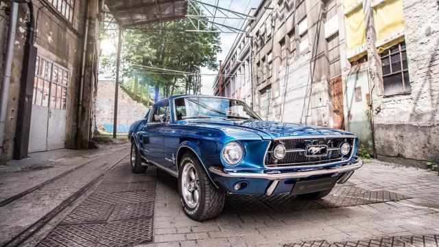 """Ford Mustang   Firma podkreśla, że chciała stworzyć projekt, w którym będzie przenikać się """"nowoczesny i klasyczny design"""". Do wykończenia wnętrza auta użyta została m.in. czarna skóra, aluminium oraz włókno węglowe.   Fot. Carlex Design"""
