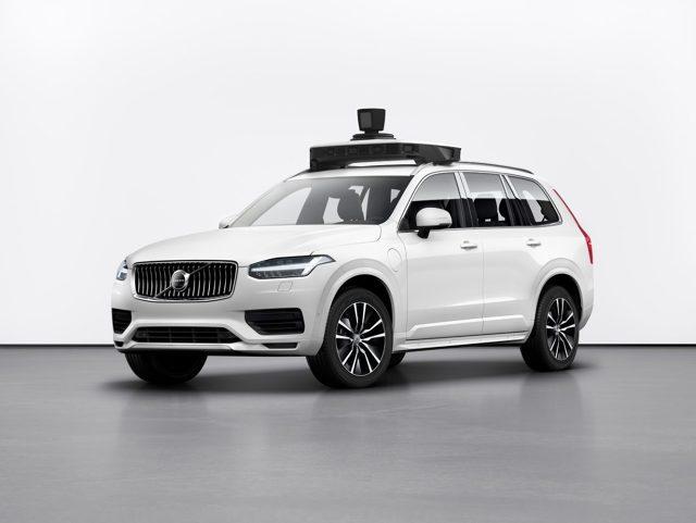 To nie przypadek, że samochód zdolny do całkowicie samodzielnej jazdy zbudowano na bazie istniejącego modelu Volvo XC90. To auto ma wiele systemów bezpieczeństwa aktywnego, które ułatwiły firmie Uber doposażyć go we własny system jazdy autonomicznej. W przyszłości takie samochody będzie można zamawiać za pomocą aplikacji Uber. Docelowo mają wozić pasażerów całkowicie samodzielnie, bez kierowcy.  Fot. Volvo