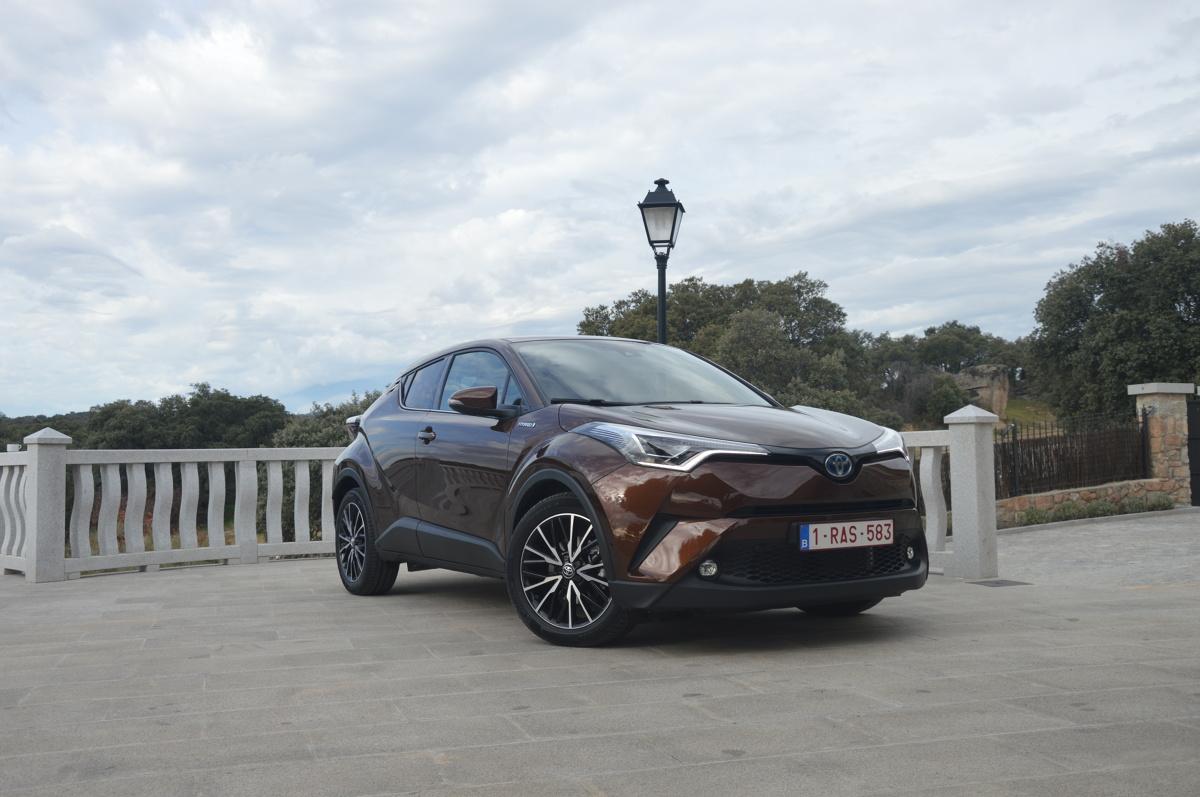 Toyota C-HR  Ceny Toyoty C-HR rozpoczynają się od kwoty 79 900 zł. Tyle trzeba zapłacić za wersję z benzynowym silnikiem 1.2, manualną skrzynia biegów i napędem na przednią oś.   Fot. Wojciech Frelichowski