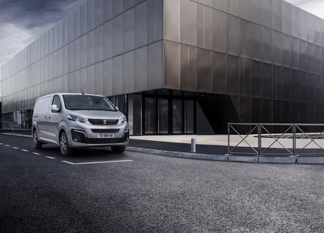 Peugeot Expert  Samochód został zbudowany na modułowej platformie EMP2. Nowy Peugeot Expert trafia do sprzedaży w trzech wersjach długości nadwozia 4,6 m, 4,95 m i 5,3 m., natomiast w pierwszym rzędzie może posiadać dwa lub trzy miejsca.   Fot. Peugeot