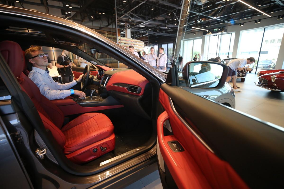 Jak podaje Instytut Badań Rynku Motoryzacyjnego SAMAR z danych zawartych w bazie Centralnej Ewidencji Pojazdów i Kierowców wynika, że liczba zarejestrowanych aut osobowych oraz dostawczych o DMC do 3,5t spadła w lipcu 2020 roku w porównaniu do analogicznego miesiąca roku poprzedniego, była natomiast wyższa w stosunku do poprzedniego miesiąca (czerwca 2020 roku). Skumulowana liczba rejestracji po siedmiu miesiącach 2020 r. jest niższa od tej zanotowanej w 2019 roku.  Fot. Marzena Bugala-Azarko