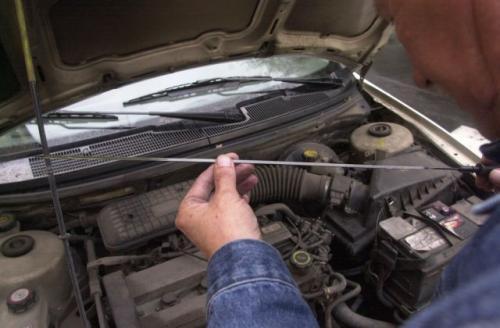 Fot. Paweł Nowak: Spalanie oleju w silniku jest procesem naturalnym. Użytkownik pojazdu jest zobowiązany kontrolować jego ilość i ewentualnie uzupełniać stan, zgodnie ze wskazaniami miernika bagnetowego.