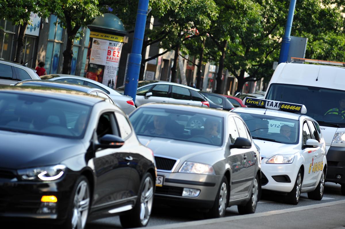 Nadeszło długo wyczekiwane lato. Specjaliści z serwisu korkowo.pl postanowili podsumować, jak wyglądała sytuacja na polskich drogach w miesiącach wiosennych.   Fot. Piotr Smoliński