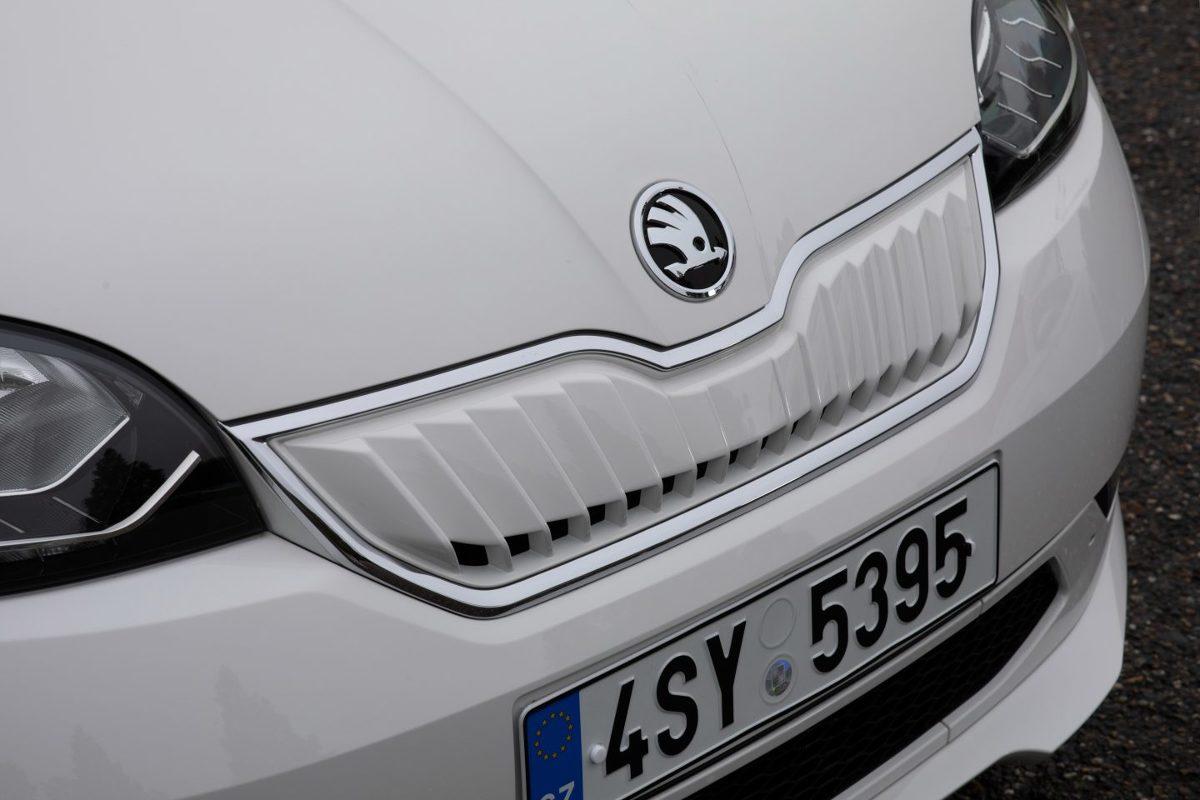 Skoda CITIGOe iV   Na rynku pojawia się coraz więcej aut elektrycznych. Ta oferta dotyczy nie tylko kategorii dużych samochodów. Są już także małe elektryczne auta do miasta. Przykładem jest Skoda CITIGOe iV.  Fot. Skoda
